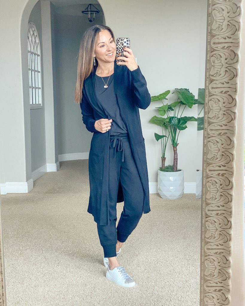 Lightweight, long cardigan momstyle, travel style, airplane outfit